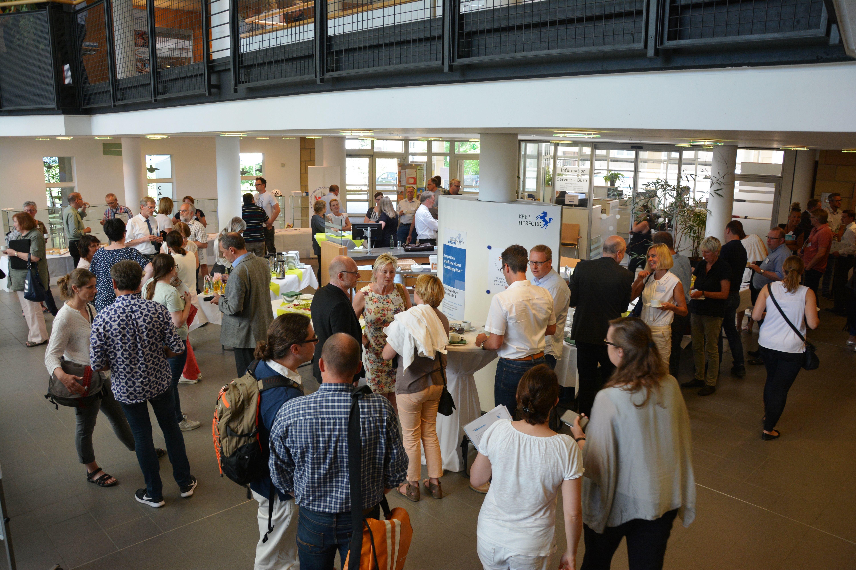 Das Bild zeigt das Foyer des Kreishauses am Veranstaltungstag der Bidlungskonferenz